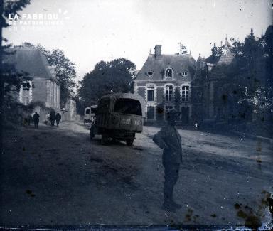 Camion de l'Armée dans une rue