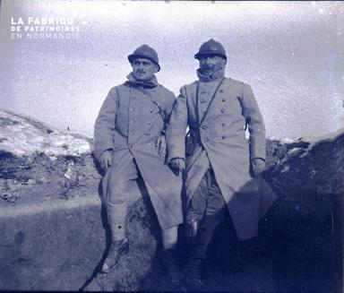 Capitaine Fortin et Adjudant Degiorgi dans le boyau reliant le (informations manquantes)
