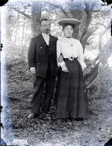 Couple sous un arbre