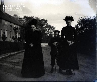 Deux femmes et un garçonnet dans la rue