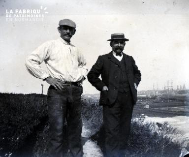 Deux hommes et au loin un port
