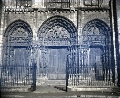 Façade occidentale d'une cathédrale avec les trois portails.