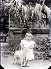 Enfant devant la serre 2
