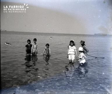 Enfants jouant au bord de la mer