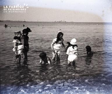Enfants jouant au bord de la mer2