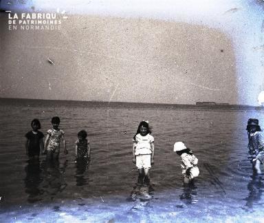 Enfants jouant au bord de la mer3