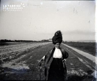 Femme à canne dans un champ