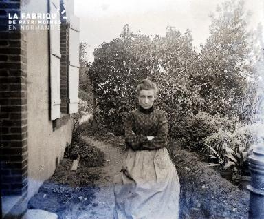 Femme assise dans son jardin
