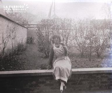 Femme assise sur un muret