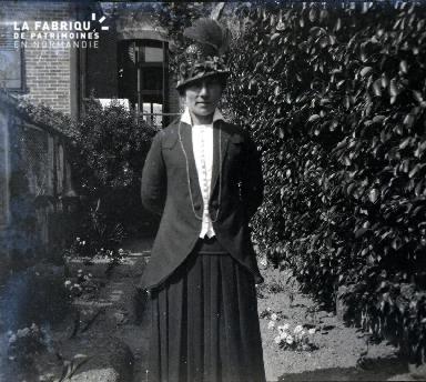 Femme dans l'allée d'un jardin