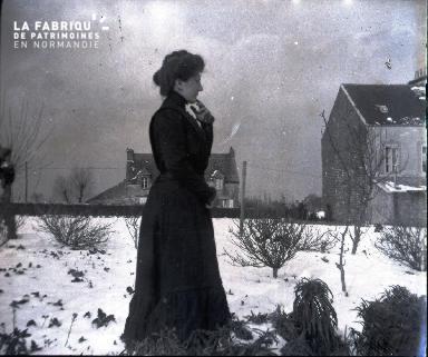 Femme dans un jardin enneigé