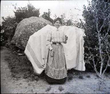 Femme dans un jardin