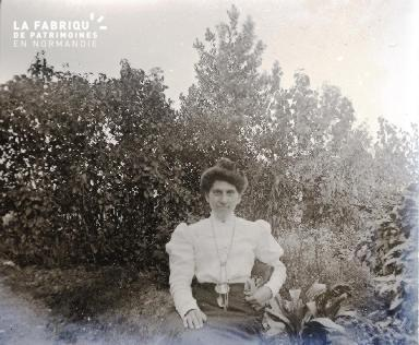 Femme dans un jardin2