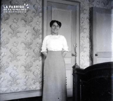 Femme dans une chambre