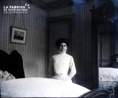 Femme dans une chambre2