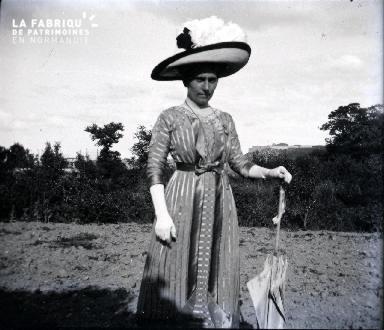 Femme élégante dans un champ