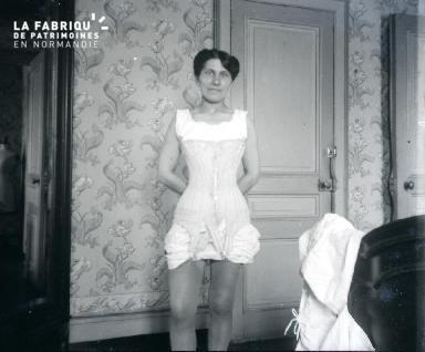 Femme en petite tenue dans une chambre