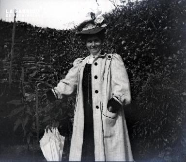 Femme posant dans un jardin