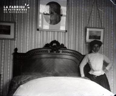 Femme près d'un lit