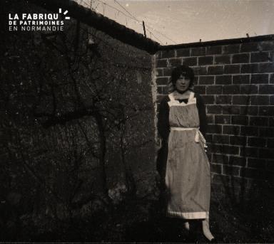 Femme près d'un mur