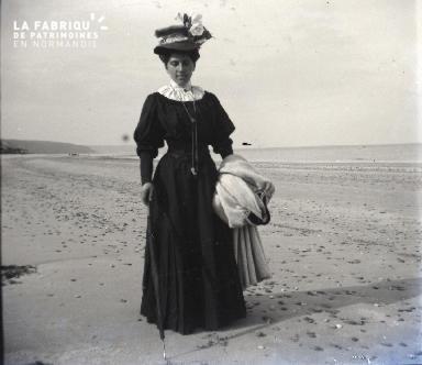 Femme se promenant sur la plage