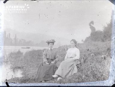 Femmes assises au bord de l'eau