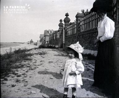Fillette et sa mère à la plage