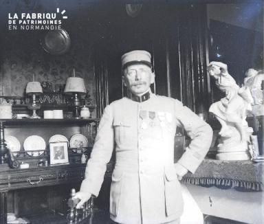 Fortin-Militaire dans un salon 1917