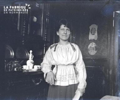Fortin-Une femme dans sa salle à manger en 1917
