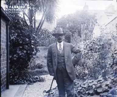 Homme à canne dans un jardin