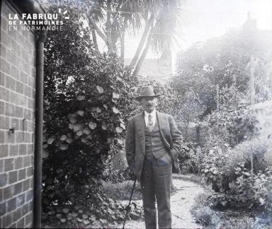 Homme dans un jardin4