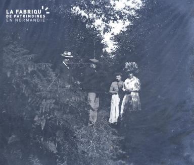 Hommes et femmes dans un bois