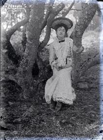 Jeune femme assise sous un arbre