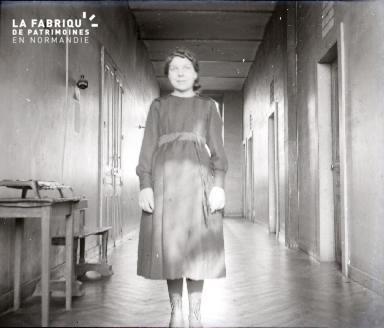 Jeune femme dans un couloir