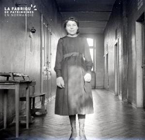 Jeune femme dans un couloir2