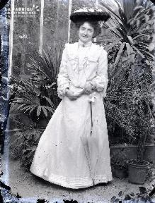 Jeune femme dans une serre