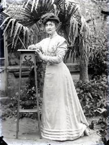 Jeune femme devant la serre2