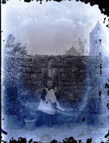 Jeune femme et enfant devant un mur