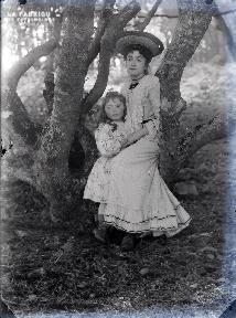 Jeune femme et enfant sous un arbre