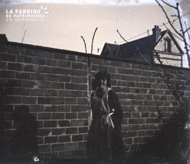 Jeune femme près d'un mur