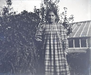 Jeune femme près d'une serre