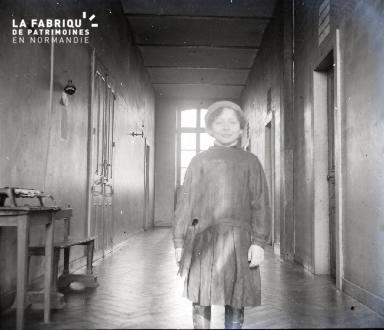 Jeune garçon dans un couloir