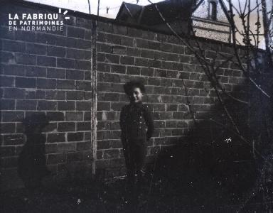 Jeune garçon près d'un mur