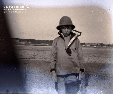 Jeune garçon sur la plage
