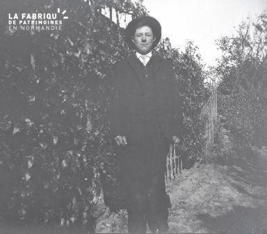 Jeune homme dans un jardin