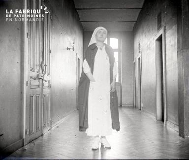 Jeune infirmière dans un couloir