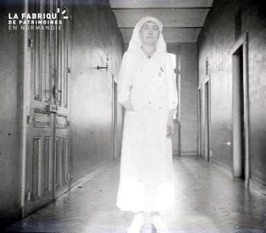 Jeune infirmière dans un couloir2