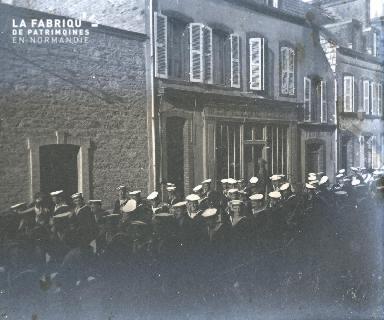 Marins défilant dans la rue
