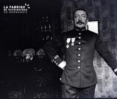 Militaire posant dans un salon