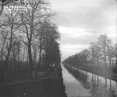 Militaire près d'un canal